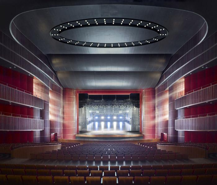 建筑 公共 剧院 音乐厅 青岛 石材 德国 gmp 青岛大剧院的建筑造型紧紧抓住青岛山、海、城浑然一体的特征,富有诗意地暗喻着崂山 独特的美景,就犹如屹立在海水中的礁石。歌剧院、音乐厅的屋顶恰似两座大钢琴,白色 透明的条板梁好象钢琴的琴键,波浪起伏的条板梁犹如五线谱。这样的设计创造出诗一般 的建筑形象,使青岛大剧院的建筑在整个世界范围内也具有极好的可识别性。 青岛大剧院按国际一流剧院标准建设,总建筑面积约8.