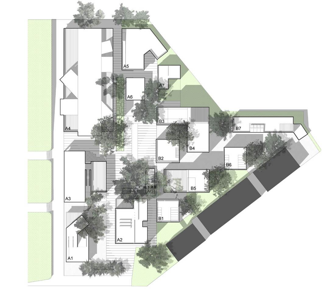 工作室群位于TIT创意产业园内,包括10余栋200-1000平米的小建筑以及小品设计。原来为广东省纺织工贸集团的工厂边角用地,处于正在生产的奇星药厂一侧。建筑和景观试图探索激活城市边角余料空间的可能性。 城市生活:激活与微规划 在中国快速城市化过程中,原有的街区肌理被破坏,一些城市边角用地被废弃。最近涌现的创意产业园模式则在一定程度上整合了当下的政治资源和资本,使得这种城市用地具有可振兴的可能性。设计从物质空间层面探讨如何将城市生活引入基地中,细微考虑城市居民对空间的使用要求,探讨多种规划的可能性 集合